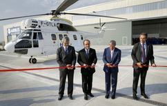 RAirbus a inauguré mardi en Roumanie une nouvelle usine où il construira l'hélicoptère H215, un investissement de 50 millions d'euros qui, de l'avis du président François Hollande, (avec à sa gauche le Premier ministre roumain Dacian Ciolos) s'inscrit dans les initiatives de coopération européenne dans le secteur de la défense. /Photo prise le 13 septembre 2016/REUTERS/Robert Ghement/POOL