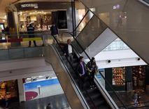 Unas personas en un centro comercial en Buenos Aires, ago 1, 2014. Los precios minoristas de Argentina (IPC) subieron un 0,2 por ciento en agosto, dijo el martes el Instituto Nacional de Estadística y Censos (Indec), un dato que se ubicó por debajo de lo esperado por analistas.  REUTERS/Enrique Marcarian
