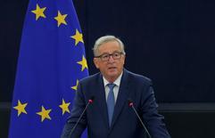 """Le président de la Commission européenne a prôné mercredi une Europe plus sociale, qui protège à l'intérieur comme sur ses frontières extérieures, pour relancer une UE en crise avec le départ du Royaume-Uni et la montée des populismes. Pour son second discours sur l'état de l'Union prononcé devant le Parlement européen à Strasbourg, à deux jours du sommet de Bratislava où les Vingt-Sept doivent se pencher sur l'avenir de l'UE, Jean-Claude Juncker a proposé """"un agenda positif pour les douze prochains mois"""". /Photo prise le 14 septembre 2016/REUTERS/Vincent Kessler"""