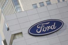 """Логотип Ford на магазине компании в Мехико. Ford Motor Co ухудшит финансовые показатели в 2017 году по сравнению с результатами за текущий год в связи с возросшими расходами на """"возникающие возможности"""" и другими затратами, сообщил второй по величине в США автопроизводитель в среду. REUTERS/Edgard Garrido"""
