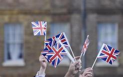 """Partidarios del """"Brexit"""" celebran con banderas del Reino Unido tras conocerse el resultado del referendo, en Londres. 24 de junio de 2016. Hasta el momento no ha habido una desaceleración importante en los mercados tras el referendo en el que Reino Unido decidió separarse de la Unión Europea, dijeron el miércoles importantes ejecutivos del sector de servicios financieros.  REUTERS/Toby Melville"""