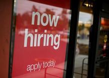 Un letrero de un aviso de busca de empleados, en una tienda en Encinitas, California. 13 de septiembre de 2016. El número de estadounidenses que pidió subsidio de desempleo subió menos de lo esperado la semana pasada, lo que apunta a una sostenida fortaleza del mercado laboral. REUTERS/Mike Blake