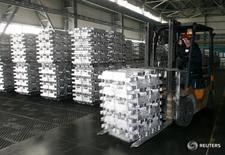 Алюминиевые чушки на Хакасском алюминиевом заводе в Саяногорске 20 июня 2009 года. Промышленное производство РФ в августе 2016 года выросло на 0,7 процента в годовом выражении, и на 0,5 процента к предыдущему месяцу с исключением сезонного и календарного факторов, сообщил Росстат. REUTERS/Sergei Karpukhin