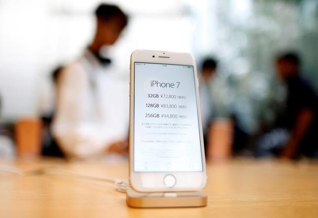 9月16日、新型スマートフォン「iPhone(アイフォーン)7」を投入し、日本でさらに販売拡大を狙う米アップルに対し、規制当局が厳しい視線を向けている。写真はiPhone7。都内で撮影(2016年 ロイター/Issei Kato)
