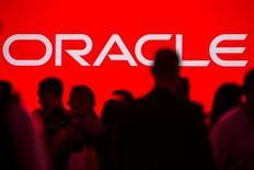 Посетители на саммите All Things Oracle OpenWorld в Сан-Франциско 24 сентября 2013 года. Oracle Corp прогнозирует квартальную прибыль ниже ожиданий аналитиков, поскольку рост облачного подразделения не смог компенсировать слабость продаж традиционного ПО. REUTERS/Jana Asenbrennerova/File Photo