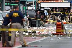 """Сотрудники ФБР на месте взрыва в Нью-Йорке днем спустя 18 сентября 2016 года. Следователи выясняют, есть ли связь между произошедшими в уикенд в США тремя кровопролитными инцидентами, ответственность за один из которых взяло на себя """"Исламское государство"""". REUTERS/Rashid Umar Abbasi"""