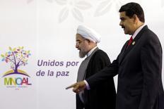 """Президент Венесуэлы Николас Мадуро (справа) приветствует иранского коллегу Хасана Роухани на саммите в Порламаре, Венесуэла, 17 сентября 2016 года. Мадуро сказал в воскресенье, что страны-члены ОПЕК и не входящие в картель добытчики нефти """"близки"""" к заключению сделки, предусматривающей стабилизацию рынка. REUTERS/Marco Bello"""