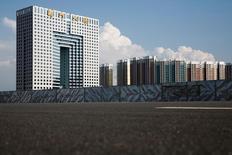 Los precios de las viviendas chinas aumentaron a un ritmo más acelerado en agosto, lo que sugiere que las medidas de ajuste impuestas por un número cada vez mayor de ciudades al mercado inmobiliario todavía no exhiben resultados significativos. En la imagen, edificios vacios en la Nueva Zona de desarrolllo urbano de Dandong, China, el 11 de septiembre de 2016. REUTERS/Thomas Peter