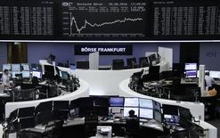 Фондовая биржа Франкфурта-на-Майне. Европейские фондовые рынки начали торги понедельника положительной динамикой индексов, немного восстановившись после двух недель потерь подряд, за счёт укрепления акций банков и энергетических компаний. REUTERS/Staff/Remote