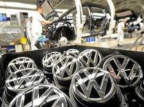 Volkswagen déclare lundi n'avoir pour l'instant mis en conformité que moins de 10% des 8,5 millions de véhicules diesel affectés en Europe par le scandale des tests d'émissions truqués. /Photo d'archives/REUTERS/Fabian Bimmer