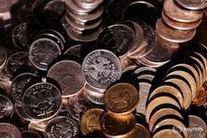 Рублевые монеты 7 июня 2016 года. Рубль снижается к доллару во вторник, реагируя на снижение нефтяных котировок и в преддверии итогов заседания ФРС в среду. REUTERS/Maxim Zmeyev/Illustration