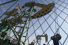 Un éventuel accord entre pays producteurs de pétrole en vue de stabiliser les cours durerait un an, a déclaré mardi le secrétaire général de l'Opep. Les membres de l'Opep et les producteurs extérieurs au cartel dont la Russie doivent tenir une réunion informelle le 28 septembre à l'occasion d'un forum sur l'énergie à Alger. /Photo d'archives/REUTERS/Jason Lee