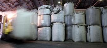 Un trabajador transporta sacos de café para exportar, en un almacén en Santos, Brasil. 12 de diciembre de 2015. La gubernamental Compañía Nacional de Abastecimiento proyectó el miércoles que la producción nacional de café en 2016 será de 49,64 millones de sacos, levemente menos que en su previsión de mayo.  REUTERS/Paulo Whitaker