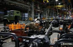 Рабочий на Кременчугском автомобильном заводе в Кременчуге 14 июня 2016 года. Промышленное производство Украины увеличилось в августе 2016 года на 3,4 процента в годовом выражении, значительно выше прогноза, возобновив рост после сокращения в июле и июне, сообщила Государственная служба статистики. REUTERS/Valentyn Ogirenko