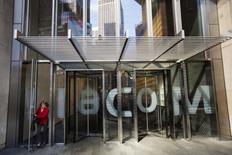 """Viacom a réduit de moitié son dividende, le ramenant à 20 cents, et annoncé mercredi le départ de son directeur général par intérim Tom Dooley, qui restera en poste jusqu'au 15 novembre afin d'assurer une """"passation de pouvoirs sans heurts"""". C'est la première fois que le groupe de médias réduit son dividende depuis sa séparation d'avec CBS en 2006. /Photo d'archives/REUTERS/Lucas Jackson"""