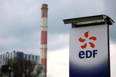 EDF a annoncé mercredi soir une révision à la baisse de ses objectifs de production d'électricité nucléaire et de résultat opérationnel (Ebitda), en raison de l'arrêt prolongé de certains réacteurs, qui font l'objet de contrôles poussées liés à des défauts potentiels sur certaines cuves fabriquées dans le passé au Creusot par Areva. Dans un communiqué, l'électricien français déclare qu'il revoit son objectif de production nucléaire pour l'année 2016 de 395-400 térawatt-heures (TWh) à 380-390 TWh. /Photo d'archives/REUTERS/Stephane Mahé