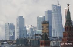 Вид на башни московского Кремля и деловой район столицы 27 февраля 2016 года. Российский Минфин проводит доразмещение оставшейся части выпуска суверенных евробондов 2016 года, предлагая инвесторам неразмещенный остаток выпуска в объеме $1,25 миллиарда, сказали Рейтер два источника в банковских кругах. REUTERS/Grigory Dukor