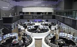 Las bolsas europeas escalaban el jueves a máximos de dos semanas gracias al rebote de las acciones mineras, después de que la Reserva Federal estadounidense mantuviese los tipos de interés sin cambios y proyectara un camino menos agresivo para futuras alzas el año que viene y en 2018. En la imagen, operadores trabajan en sus mesas delante del índice de precios alemán DAX en la Bolsa de Fráncfort, Alemania, el 13 de septiembre de 2016. REUTERS/Staff/Remote