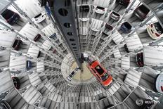 Автомобили на заводе Volkswagen в Вольфсбурге 3 марта 2015 года. Экономика Германии сбавит обороты во второй половине 2016 года, так как ослабление внешнего спроса приводит к замедлению промпроизводства, сообщило министерство финансов в четверг, вновь указав на то, что крупнейшей экономике Европы предстоит пережить замедление. REUTERS/Fabian Bimmer/File Photo