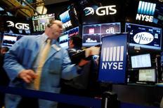 La Bourse de New York a fini en hausse de plus de 0,5% jeudi, enchaînant sa troisième séance consécutive de gains dans le sillage de grands noms de la technologie, tout en étant toujours portée par la décision de la Réserve fédérale de ne pas relever pour l'instant ses taux d'intérêt. L'indice Dow Jones a gagné 0,54%, soit 98,76 points, à 18.392,46. /Photo prise le 22 septembre 2016/REUTERS/Brendan McDermid
