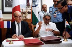 Le Ministre de la Défense, Jean-Yves Le Drian, et son homologue indien, Manohar Parrikar. L'Inde a signé vendredi un accord d'achat de 36 avions de combat Rafale pour un montant proche de 7,8 milliards d'euros. /Photo prise le 23 septembre 2016/REUTERS/Roberto Schmidt/Pool