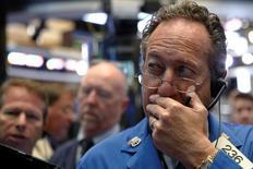 Operadores trabajando en la bolsa de Wall Street en Nueva York, sep 13, 2016. La Reserva Federal propuso el viernes un plan para limitar las operaciones de Wall Street en el sector de energía, al obligar a compañías como Goldman Sachs y Morgan Stanley a contar con mayor capital para respaldar estas inversiones.   REUTERS/Brendan McDermid