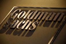 El logo de Goldman Sachs en su oficina en Australia, mayo 18, 2016. Goldman Sachs está eliminando casi un 30 por ciento de los 300 puestos de trabajo en su negocio de banca de inversión en Asia fuera de Japón, en respuesta a una desaceleración en la actividad en la región, dijeron a Reuters dos fuentes familiarizadas con el asunto.   REUTERS/David Gray/File Photo