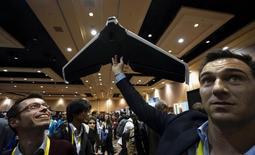 Parrot, le spécialiste français des drones, a révisé ses objectifs de croissance et ne s'attend plus cette année à une croissance de son activité en raison de la chute des prix.. /Photo prise le 4 janvier 2016/REUTERS/Rick Wilking