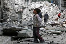 Мальчик рассматривает место бомбежки в удерживаемом повстанцами пригороде Алеппо 23 сентября 2016 года. Алеппо в пятницу подвергся беспрецедентно свирепым, по свидетельствам очевидцев, бомбежкам: армия поддерживаемого Москвой президента Башара Асада перешла в наступление, глядя на фиаско согласованного Россией и США перемирия, продержавшегося около недели. REUTERS/Abdalrhman Ismail