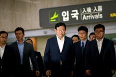 Le ministère public sud-coréen a demandé lundi à un tribunal de Séoul d'autoriser un mandat d'arrêt visant le président de Lotte Group Shin Dong-bin, 61 ans, ce dernier étant soupçonné de malversations et d'abus de confiance, a dit une source proche de l'accusation. Cette demande de mandat d'arrêt est formulée après que Shin Don-bin a été interrogé par des procureurs dans le cadre d'une enquête qui ébranle le cinquième conglomérat familial du pays. /Photo prise le 3 juillet 2016/REUTERS/Kim Hong-Ji