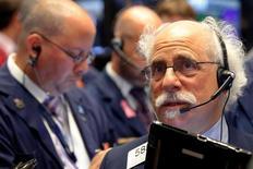 Трейдеры на торгах Нью-Йоркской фондовой биржиr 22 сентября 2016 года. Американские фондовые индексы снижаются в понедельник, поскольку акции Pfizer оказали давление на сектор здравоохранения, а бумаги Deutsche Bank - на финансовый сектор. REUTERS/Brendan McDermid