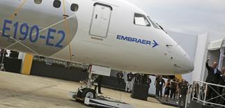 Le constructeur aéronautique Embraer va réduire ses effectifs de près de 8% par le biais d'un plan de départs volontaires, afin d'abaisser ses coûts face au repli des ventes d'avions d'affaires et des contrats de défense. Embraer a déjà conclu 1.463 départs, qui seront effectifs dès la semaine prochaine. /Photo prise le 25 février 2016/REUTERS/Nacho Doce