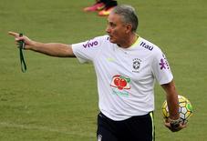 Tite durante treino do Brasil em Manaus.  4/9/16.  REUTERS/Paulo Whitaker
