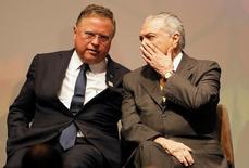 O presidente do Brasil Michel Temer (à direita) fala com o ministro da Agricultura Blairo Maggi durante Fórum Global de Agronegócio em São Paulo, no Brasil 04/07/2016 REUTERS/Nacho Doce