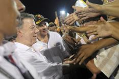 Colombia's President Juan Manuel Santos (C) and Vice President German Vargas Lleras shake hands with citizens during a major demonstration in favour of the agreement, in Barranquilla, Colombia, September 27, 2016.  Colombian Presidency/Handout via Reuters.
