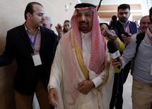 El ministro de Energía saudí Khalid al-Falih, habla con periodistas durante el Foro Internacional de Energía, en Algiers, Argelia. 27 de septiembre de 2016. La OPEP todavía podría alcanzar un acuerdo para limitar la producción de petróleo este año luego de que fracasaran las conversaciones en Argelia esta semana, en momentos en que los problemas económicos del mayor productor del grupo Arabia Saudita obligan a Riad a ceder más terreno a su archirrival Irán. REUTERS/Ramzi Boudina
