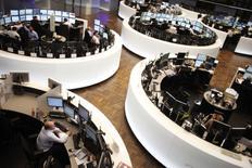 La Commission européenne a annoncé mercredi l'ouverture d'une enquête approfondie sur le projet de fusion entre Deutsche Börse et London Stock Exchange (LSE), jugeant que cette opération de 29 milliards de dollars (25,8 milliards d'euros) pourrait menacer la concurrence sur les marchés financiers. Cette initiative pourrait contraindre les opérateurs des Bourses de Francfort et de Londres à des concessions pour obtenir le feu vert des services européens de la concurrence à leur mariage. /Photo d'archives/REUTERS/Alex Domanski