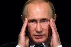 Президент России Владимир Путин жестикулирует на встрече с учащимися школы при посольстве Германии в Москве 29 июня 2016 года. Путин выглядит политически непобедимым после того, как главная прокремлевская партия обеспечила себе максимальное за все время большинство в послушном парламенте. Однако президент России сталкивается со все более острой дилеммой: как обеспечить выживание системы, в основе которой - он сам.  REUTERS/Alexander Zemlianichenko/Pool/File Photo