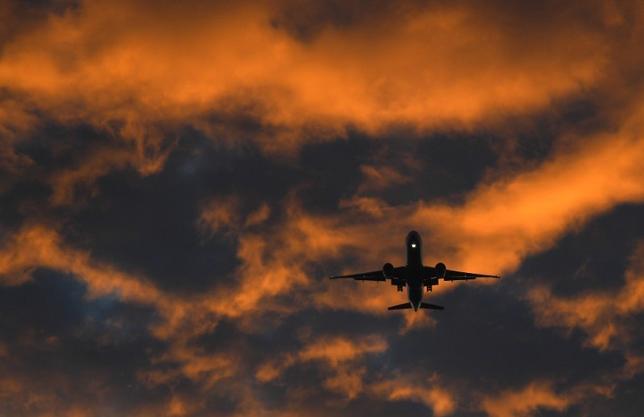 9月28日、国際航空運送協会(IATA)が公表したデータによると、乗客が暴言を吐いたり、客室乗務員の指示に従わなかったりして運航が妨害されるケースが2015年に約17%増加した。写真はロンドンのヒースロー空港に向かう旅客機。12日撮影(2016年 ロイター/Toby Melville)