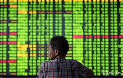 Инвестор в брокерской конторе в Ханчжоу 12 сентября 2016 года. Китайские фондовые индексы повысились по итогам сессии четверга во главе с акциями энергетического сектора, но объем торгов в Шанхае находился вблизи четырехмесячного минимума в преддверии длинных праздников. China Daily/via REUTERS