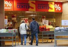 En la imagen de archivo, se ve a clientes entrando en unos grandes almacenes en Fráncfort/Oder, el 24 de octubre de 2014. La inflación anual alemana se aceleró en septiembre, alcanzando su nivel más alto en 16 meses, indicaron el jueves los datos preliminares, en una señal alentadora para el Banco Central Europeo (BCE) de que su política monetaria está funcionando. REUTERS/Fabrizio Bensch