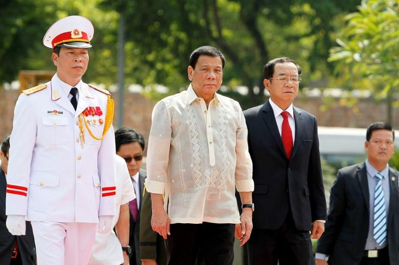 Philippines President Rodrigo Duterte (C) attends a wreath laying ceremony at Monument of National Heroes and Martyrs in Hanoi, Vietnam, September 29, 2016.  REUTERS/Minh Hoang