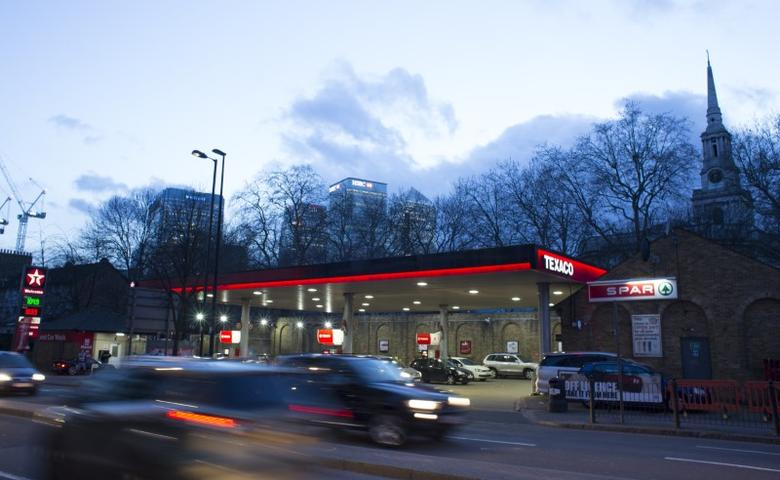 A Texaco service station displays the price of petrol and diesel close to the financial centre of London January 30, 2016. The global oil price is hovering at about $30 U.S. dollars a barrel.  REUTERS/Paul Hackett