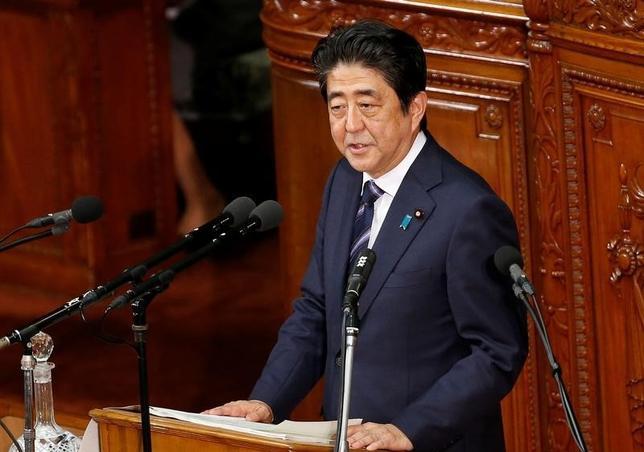 9月30日、安倍晋三首相は30日の衆院予算委員会で、日銀が新たに導入した「長短金利操作付き量的・質的金融緩和」について、2%の物価安定目標を「早期に実現するものと理解している」と評価した。26日衆議院議員本会議で撮影(2016年 ロイター/Kim Kyung-Hoon)