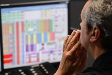 Дилер работает на торговой площадке в финансовом районе Лондона. Акции Европы резко снизились в начале торгов пятницы, достигнув минимума за восемь недель, так как свежие опасения о стабильности Deutsche Bank ударили по банковскому сектору. REUTERS/Toby Melville