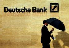 Las bolsas europeas caían con fuerza en la apertura del viernes, tocando su menor nivel en ocho semanas debido a las renovadas preocupaciones por la estabilidad de Deutsche Bank que afectaba al resto del sector bancario. En esta imagen de archivo, un hombre camina delante de las oficinas de Deutsche Bank en Londres, Reino Unido, el 5 de diciembre de 2013. REUTERS/Luke MacGregor/File Photo
