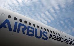 Самолет Airbus A350 на авиашоу в Сингапуре. Airbus Group сообщила в пятницу, что объединится со своим самолетостроительным подразделением, избавится от бюрократии и упростит бренд, отказавшись от сложного корпоративного устройства в рамках подготовки к ужесточению конкуренции.  REUTERS/Edgar Su/File Photo