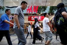 Hennes & Mauritz (H&M) a fait état vendredi d'une contraction plus forte que prévu de son bénéfice trimestriel, ajoutant que la croissance de ses ventes avait ralenti en septembre, à l'entame d'un nouveau trimestre de son exercice décalé, en raison d'un été particulièrement chaud. /Photo prise le 1er août 2016/REUTERS/Tyrone Siu