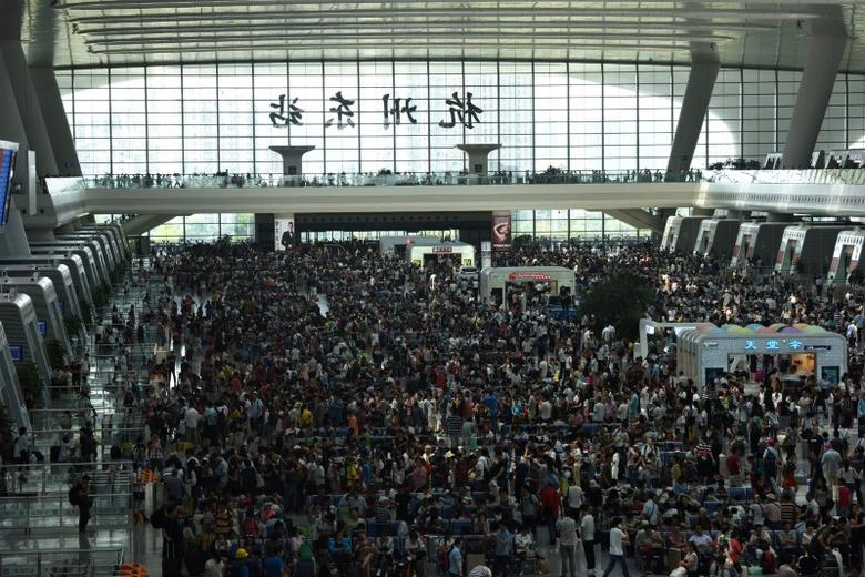 Passengers crowd at a railway station in Hangzhou ahead of the Chinese National Day holiday in Hangzhou, Zhejiang province, September 30, 2016. REUTERS/Stringer