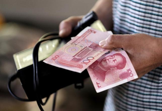 9月30日、IMFは10月1日付で、特別引き出し権の構成通貨に中国の人民元を組み入れる。北京で昨年8月撮影(2016年 ロイター/ Jason Lee)